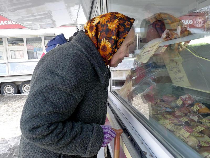 Пенсионерам выделяют по тысяче рублей на еду